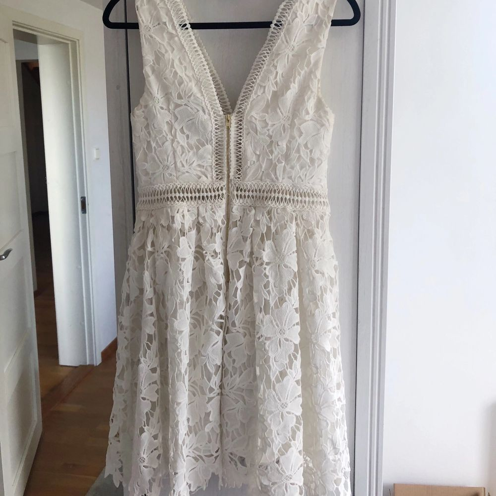 Vit klänning från By Malena i storlek XS , perfekt till student! Använd en gång och i mycket gott skick. Nypris 2 500kr, säljer för 999kr. Om många är intresserade öppnar jag upp för budgivning. . Klänningar.