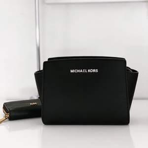 Snygg Michael Kors crossbody väska som tyvärr inte kommer till användning längre. Skriv pm för fler bilder! :)