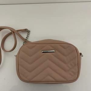 Jätte fin och söt rosa väska. Använt några få gånger men ser är i nyskick!! Skriv privat om du är intresserad!! (Ord pris. 199kr)