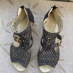 Sandaler i storlek 40 (dom är små i storleken) perfekta till sommaren✨🥰