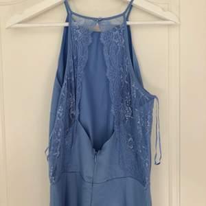 En superfin himmelsblå jumpsuit från Cubus som endast har använts en gång! Den är i nyskick men har fått en fläck på benet men som jag tror går bort i tvätten, samt har en väldigt fin öppning i ryggen! Hör gärna av er om ni har frågor 😇😇