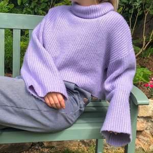 Lila stickad tröja från monki i storlek XS men passar S. Superfin till sommarkvällar i en pastelllila färg. Dessutom i jättebra skick och använd endast ett fåtal gånger! 💛💛 Privat budgivning!