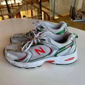 New Balance 530 i grön och orange! Sjukt snygga och i bra skick, skorna är köpa på zalando men helt slutsålda!✨