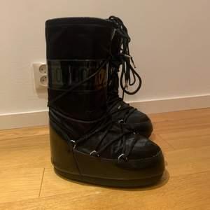Hej! Säljer mina galet snygga moon boots! Dom e använda ca 3 gånger. Har 2 par till därför säljer jag. Stolek 35-38! ❤️ så fint skick! Köpta på zalando för 2100! Säljer vid bra bud, buda från 1000.