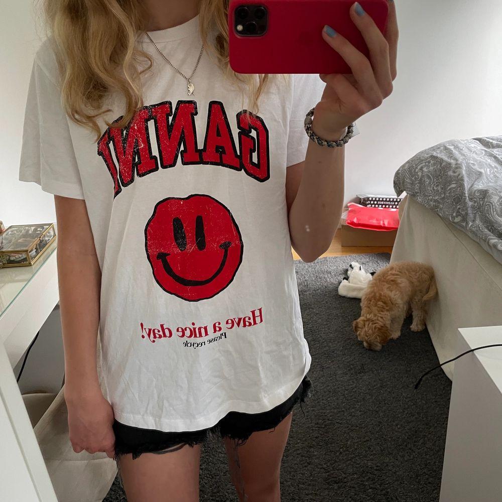 säljer min snygga ganni t-shirt då jag inte får någon användning av den! Endast använd 1 gång så topp skick😻 Storlek xxs (stor i storleken)😙 Säljer vid bra bud 💞 ❤️Bud på 900 kr❤️. T-shirts.