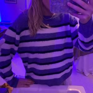 Stickad H&M tröja. Ganska nopprig och använd därav det billiga priset.