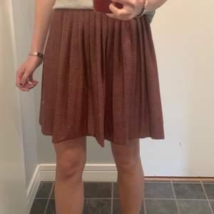 Superfin kjol från zara kids! Den är mörkare röd med litet leopardmönster. Storlek 164 men funkar jättebra på mig som har xs❤️