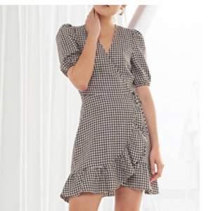 Jätte fin rutig klänning från &Other Stories. Använd 1 gång, säljer för kommer ej till användning. Storlek 42 men är mera som en 38.