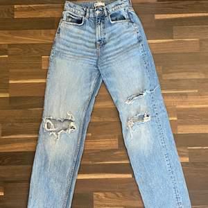 Populära jeans från gina. Storlek 32❤️säljes för de är för stora och nästan aldrig andvända❤️Priset kan diskuteras men runt 350kr + frakt