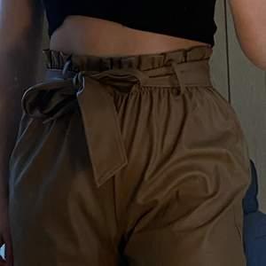 Shorts från Gina. Knappt använda. Skinninmitation. S.