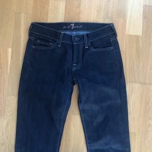 Jättefina lågmidjade jeans i storlek 24, tyvärr för små för mig. Superbra skick!! 💕