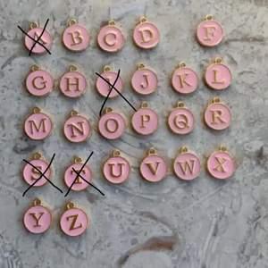 Jättegulliga halsband jag gör själv🥰 kedjan är nickelfri💕 E är slutsåld💕 finns endast en bokstav av varje bokstav🥰 frakt tillkommer på 12kr🥰