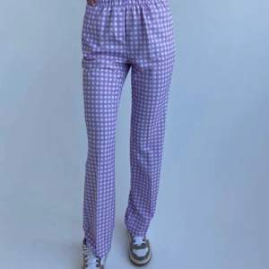 Trendiga lila rutiga byxor från design by si🥰De är i super bra skick! buda i kommentera❤️Högsta bud just nu är 350