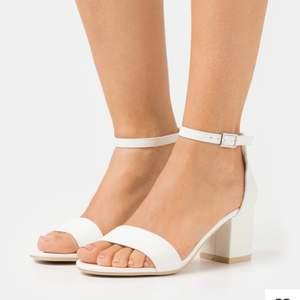 Säljer dessa populära vita low block heels från NELLY! perfekta till studenten!🤍 vad jag vet är de slutsålda! säljs pga. tyvärr för stora för mig som vanligtvis är en 35/35.5🥺 ser något beiga ut på andra bilden men är vita i verkligheten☁️ köpta via zalando och endast ena skon är testad en gång, dvs splitternya!