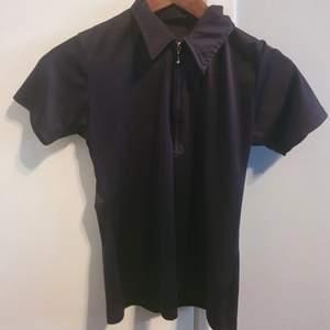 Tshirt i goth-stuk, silkesmaterial