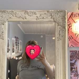Grå T-shirt med texten gant girls, mjukt material, sitter som en S. Du står för frakten!