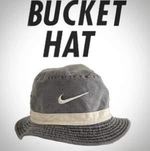 Äkta Vintage Nike Bucket Hat in bra skick. Skriv för mer bilder/frågor.