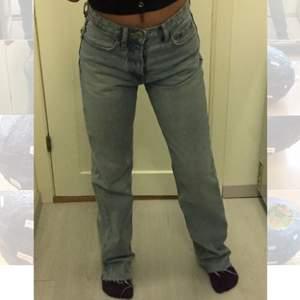 OBS säljer inte! Undrar om någon skulle vilja byta dessa trendiga midwaist jeans från zara i st. 34 mot en 36? Dom är använda ett fåtal gånger och har inga som helst defekter! Har dock klippt av dom så att dom passar någon runt 165! Jag är 160 och dom är långa på mig💖