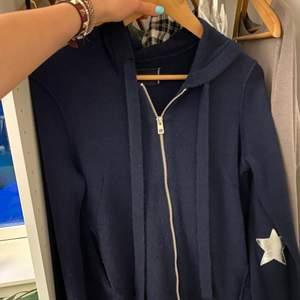 INTRESSEKOLL! Kollar intresse på denna så sjukt snygga 100% cashmere hoodie ifrån zadig&voltarie! Skriv till mig hur mycket du skulle kunna ge!❤️ köpt för några dagar sen! Ny pris! 4250kr!