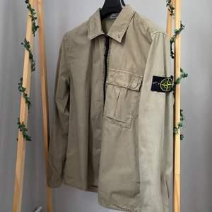Grön stone island overshirt i perfekt skick. Kostade 3100 ny, så 2500 i perfekt skick är en riktigt bra deal. Jag har alla kvitton o tags till din så kan bevisa äkthet! Skriv för mer info/bilder.