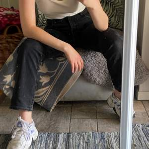 Assnygga raka jeans i gråsvart ton från armani, inköpta för ett år sedan. Sitter som en smäck i midjan och på rumpan! Jag är 165 cm.