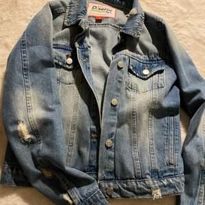Snygg jeansjacka använde minst 2 gg, säljer då jag köpt en ny😊