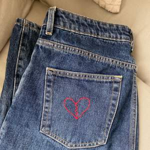 Säljer mina superfina rowe jeans från Weekday då dom tyvärr blivit för små:(( Har själv broderat ett brustet hjärta på ena fickan men går att sprätta bort för den som vill! Använda en del gånger men fortfarande i superfint skick! Storlek W28L32