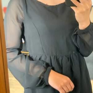 Enkelt klänning med riktigt fin!! Passar en xs/s🌸 Hör av dig vid frågor och kolla gärna in mina andra plagg för paketpris!🌞