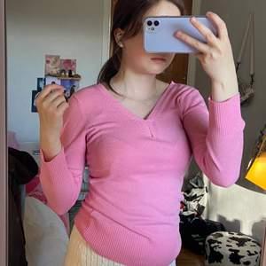 Säljer denna jätte fina rosa tröjan som har tyvärr blivit för liten för mig! Vet inte riktigt var den är köpt då jag klippt etiketterna men tror den är från ZARA. Den är i jätte fint skick och har väldigt fin rosa färg.💞 Materialet är skönt och ganska tunt men inte see through💕 Såklart så tvättar jag kläderna innan jag skickar de!! Kan posta och mötas i malmö (:
