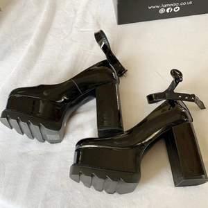 Säljer dessa otroligt vackra skor från Lamoda pga fel storlek. 😅 Jag har endast testat dem och de är i nyskick! Jag har 40,5 i skor och dessa var verkligen på gränsen till att passa mig, men har införskaffat mig ett nytt par i storlek 41 som sitter perfekt - skulle därför säga att dessa är perfekta för er som har storlek 39 eller 40 i skor! ✨🌸 Köparen står för frakt, kan eventuellt mötas upp i Uppsala! 💕✨