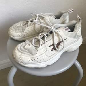 Krämvita Reebok sneakers, välanvända men inget trasigt, tvätta dom i maskin så är dom som nya! Har tröttnat på dom så bra om nån annan vill ta över dem!  Köpare står för frakt