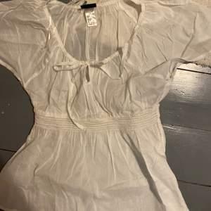 Säljer denna jättegulliga vita blusen som ger mig lite fairy-vibes. Supertunna och skön till sommaren. Möts upp i Gbg eller så betalar köpare frakten❤️