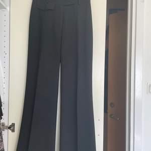 Svarat kostymbyxor från märket Anna Holtblad. Det är lagom långa för mig som är ca 1,60 m. De är väldigt högmidjade och sitter väldigt fint. Köparen står för frakten.
