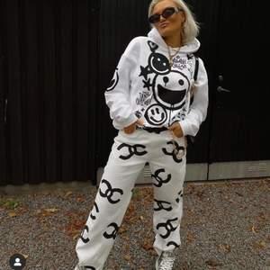 Sjukt snygg hoodie från Lisa Anckarmans kollektion med Madlady. Säljer endast pga att jag har för många hoodies och den inte kommer till användning. Använd ca 3 gånger. Storlek L.  Katt finns i hemmet, men plagget är självklart tvättat och rollat innan det skickas.  Ordinarie pris 499kr
