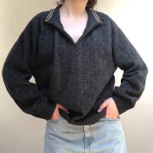Jättemysig tjocktröja med dragkedja vid kragen. Ganska pösig så funkar bra att ha över annan tröja eller klänning💕frakt: 64kr