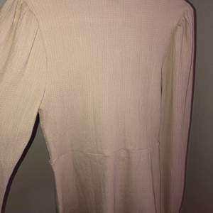 Beige tröja från Gina tricot storlek S, aldrig använt helt nytt skick! Nypris 300kr säljer den för 150kr