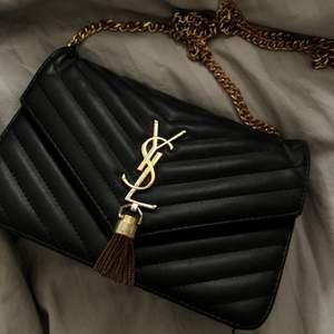 Jättefin Väska som inte kommer till användning längre, den är i väldigt bra skicka💝Troligtvis inte äkta🤷🏼♀️Skriv privat för fler bilder🙌🏻
