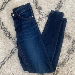 Tajta jeans från Bikbok. Kommentera för frågor och skriv för fler bilder💕 Pris går alltid att diskutera men frakten ingår ej!🦋