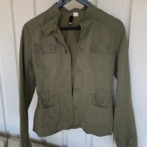 Säljer denna tunna sommar/vår jackan i militärgrön färg, storlek 36. Superfint skick, nyskick. Säljer för 75 kr. Köparen står för frakten!