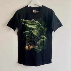 FINNS ANNONSEN KVAR FINNS PLAGGET KVAR⭐️               Cool t-shirt med krokodil tryck! Fint skick! Skriv privat för fler bilder! ❤️