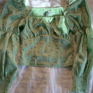 Jättesöt somrig blus som köptes förra året! Den är i mycket bra skick och köpt på HM. Tröjan är i storlek 32 men skulle säga att den är ganska liten i storlek. Den är i ett slags sidentyg och bara använd ett fåtal gånger 💓