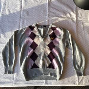 Fin Lyle&Scot Vintage tröja i ull. Gott använt skick! Checka gärna in mina andra försäljningar. Frågor? Bilder? Skicka så fixar jag det☺️ Samanfraktar gärna!