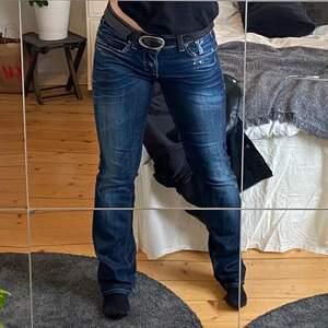 Säljer ett par jättecoola jeans som är köpta secondhand❣️ använda 1 gång så väldigt fint skick! Jag är 163 och jeansen går ner till marken✨ frakt tillkommer men kan mötas upp i Jönköping