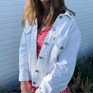 Säljer denna så fina vita jeans jacka från Levis. Väldigt fint skick med nypris 1999kr och säljer för 399kr💕