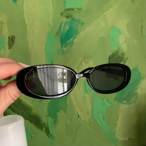 Fina svarta smala solglasögon! Tror dom är köpta på antingen ASOS eller Zalando minns tyvärr inte riktigt, men de är iallafall i väldigt bra skick då de inte använts så mycket.                                    Köparen står för fraktkostnaden😊