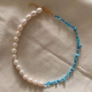 Nyhet! Medelhavs blå halsband med stora äkta sötvattenspärlor💙🥥 Super fint nu till sommaren!! (Ett av mina favorit smycken)  Ta beställning här på Plick eller på min Instagram där jag heter @emmaxjewelry💙 229kr st