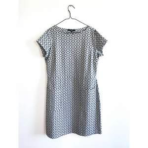Mönstrad klänning med fickor i jättefint skick. Märke: NEXT Storlek 42, men passar även storlek 40. Skickas i postorderpåse via postnord.