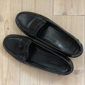 Svarta loafers i blankt skinn från Filippa K. Säljes pga för små. Bra skick!