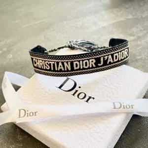 Jättesnyggt armband - Christian Dior j'adior bracelet toppkopia. Alltså inte äkta (de säljs för närmre 3000kr begagnade). Asken följer såklart med. Har knappt använt det.