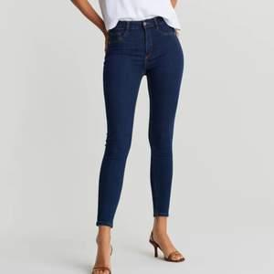Säljer dessa tighta Molly-jeans från Gina. Väldigt sköna då de är stretchiga. Storlek M men passar även S skulle jag säga! Fake fickor där fram och riktiga där bak. Säljer för 100kr+ frakt!